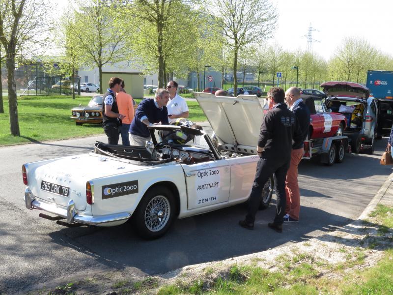 Les ennuis mécaniques continuent pour la Triumph TR4 et l'assistance mécanique va résoudre définitivement le problème