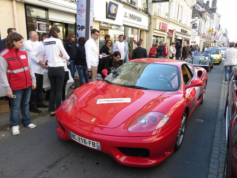 La Ferrari 360 Modena est devant un point de contrôle qui a duré 30 secondes devant un magasin Optic 2000