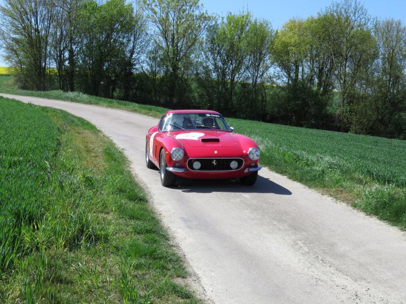 Une Ferrari pendant l'épreuve spéciale chronométrée