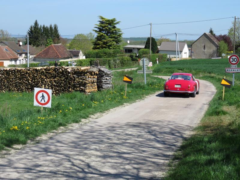 La Ferrari arrive au village de Mormont