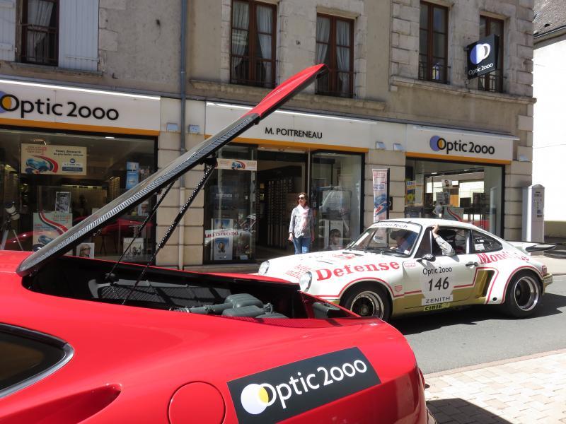 Refroidissement de La Ferrari 360 Modena devant le magasin Optic 2000 à Cosne-Cours-sur-Loire