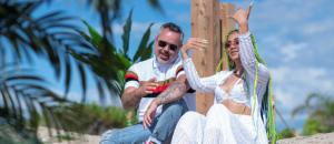 De gauche à droite : le producteur, DJ et chanteur Juan Magán et la chanteuse dominicaine, Lennis Rodriguez